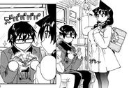 Megumi de pie y Manabu sentado en el autobus