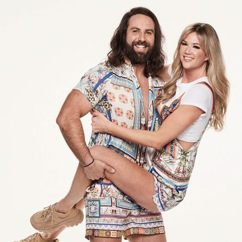 Sid & Ash's alternate promotional photo for <i>The Amazing Race Australia</i>.