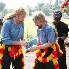 James & Abba opening their clue in the third leg after completing the Detour.