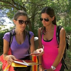Nicky & Kim reading the Roadblock clue in the third leg.