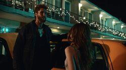 Лора и Суини у мотеля 1x06