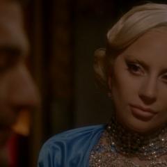 Элизабет смотрит на свою новую жертву.