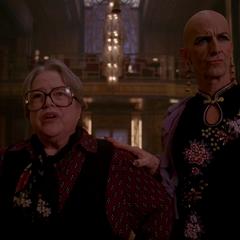 Айрис и Лиз ошарашены.