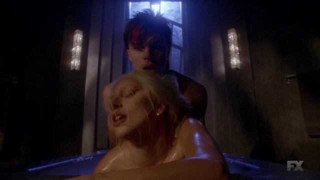 File:S5E02 Tristan & Countess bathtube.png