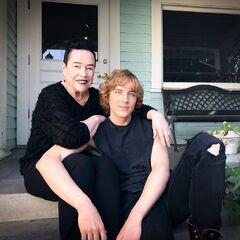 Kathy Bates y Cody Fern