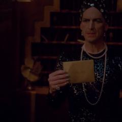 Лиз вручает Джону приглашение на Дьявольскую ночь. <small>(«<a href=