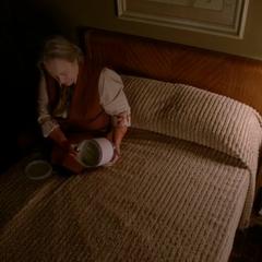 Айрис печалится над останками сына. <small>(«<a href=