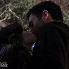 Тереза и Лео целуются