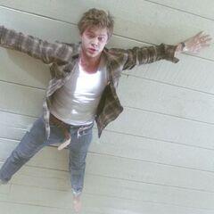 Кита притягивает к потолку