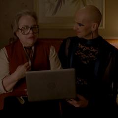 Айрис показывает Лиз свое прощальное видео.
