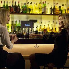 Фиона и её дочь в баре