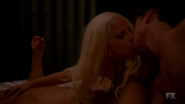 File:S5E01 Elizabeth kiss Donovan.png