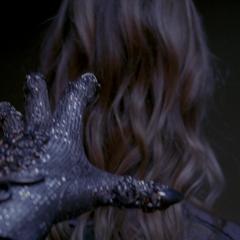 Рука в перчатке.