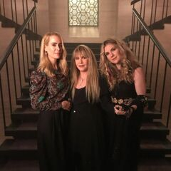 Sarah Paulson, Stevie Nicks y Lily Rabe