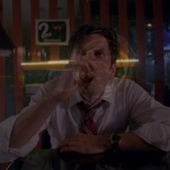 Джон пьет в баре отеля. <small>(«<a href=