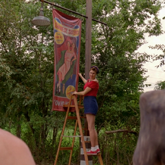 Ив вешает плакат