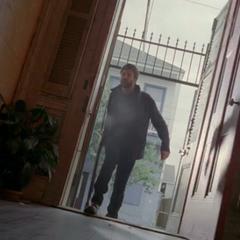 Хэнк сламывает дверь салона Мари Лавно