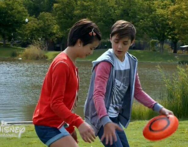 File:Andi & Jonah - Frisbee.jpg