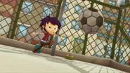 S02E02 Ethan kopie piłkę
