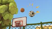 S02E02 Piłka do koszykówki odtrąca piłkę do nożnej
