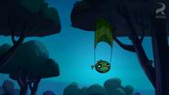Хэмбо приземлился на листву