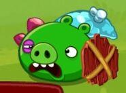 Свин-солдат получает удар