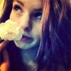 GGF Anne mit einer weißen Rose