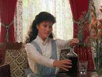 Diana Barry mit Wein