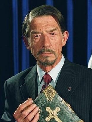 John Hurt als Adam Sutler, 2005