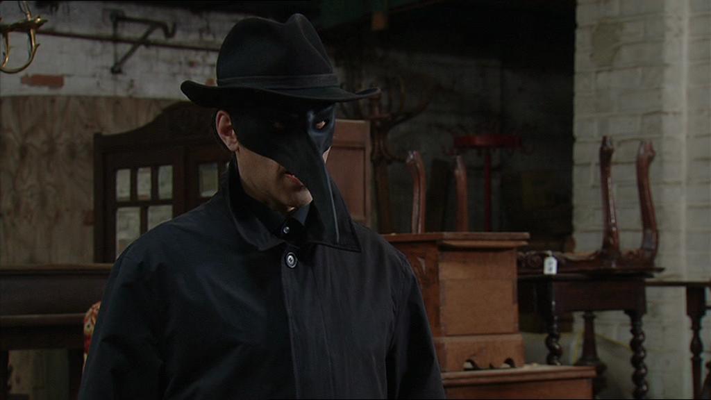 Wie schuilt er onder dit masker?