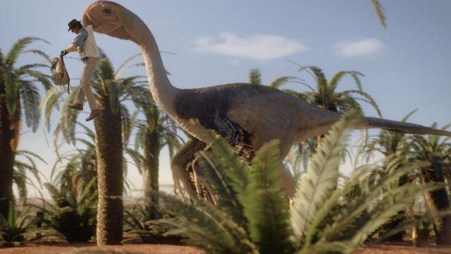 File:APA-GigantoraptorgrabsAndy.jpg