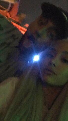 File:ArianaWMacSnapchat14-10.jpg