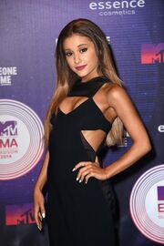 Mtv-emas-2014-red-carpet-ariana-grande