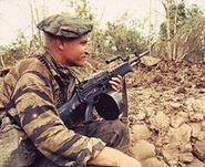 Soldat mit Stoner 63 im Vietnamkrieg