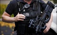 Polizist mit FN P90