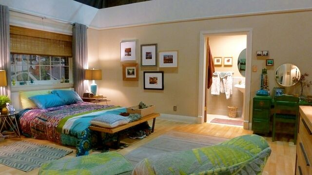 File:2013 Home Beautiful - Rebel Alley's Bedroom 02.jpg