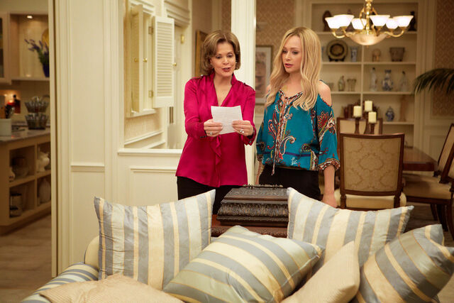 File:4x03 - Lucille and Lindsay Bluth 01.jpg