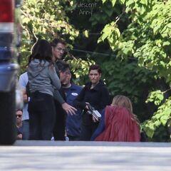 l'agent Jansen sur le terrain avec Supergirl et la directrice Danvers.