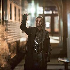 Harkness étant confronté à Arrow et à Flash dans la gare.