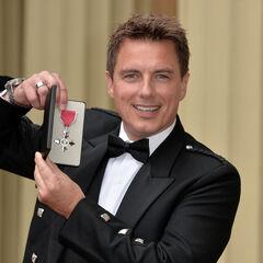 John reçoit l'Ordre de l'Empire britannique (14/10/2014)