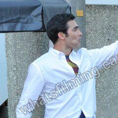 Clark avec le costume de Superman sous sa chemise