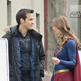 Chris Wood (Mon-El) et Melissa Benoist (Supergirl).