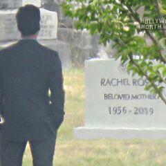 Dr. Ramsey Rosso enterre quelqu'un Rachel Rosso (sans doute sa mère).