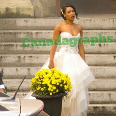 Iris dans sa robe de mariée.