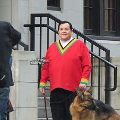 Burt Ward incarnera Brut Ward Wonder Boy! juste pour un caméo où il regarde le ciel rouge sur sa terre.