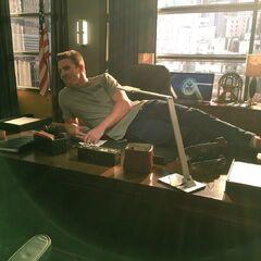 Stephen Amell sur son bureau