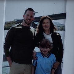 Caitlin enfant avec ses parents