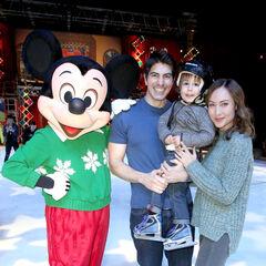 Avec Courtney Ford et leur fils Leo James Routh (décembre 2014)
