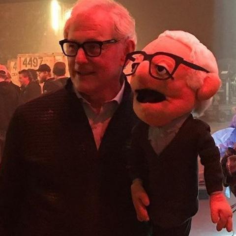 L'acteur à garder la marionnette qui est dans le bureau de son manager.