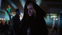 Mia Smoak en una capucha negra